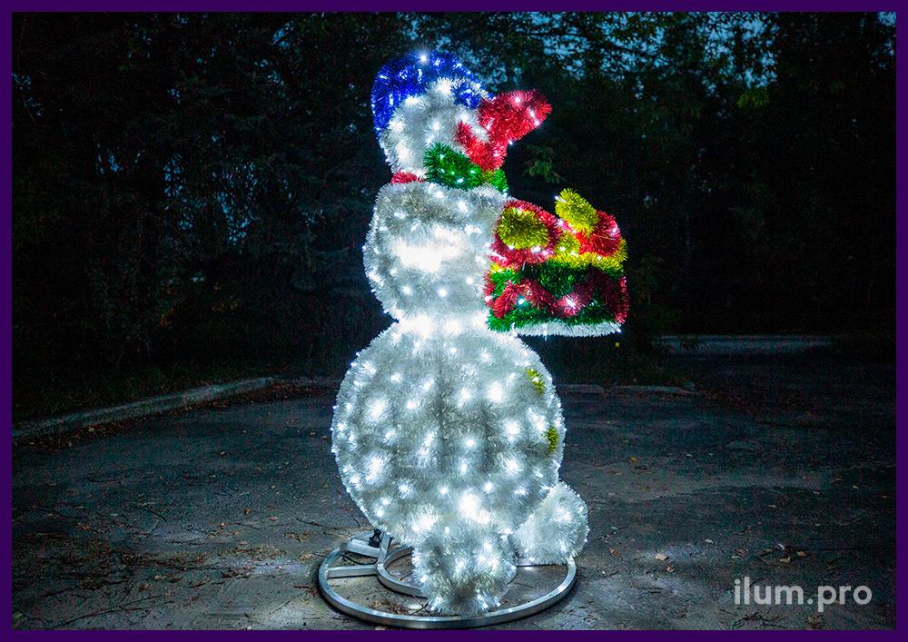Снеговик светодиодный с разноцветной мишурой и гирляндами, барабан и палочки в руках