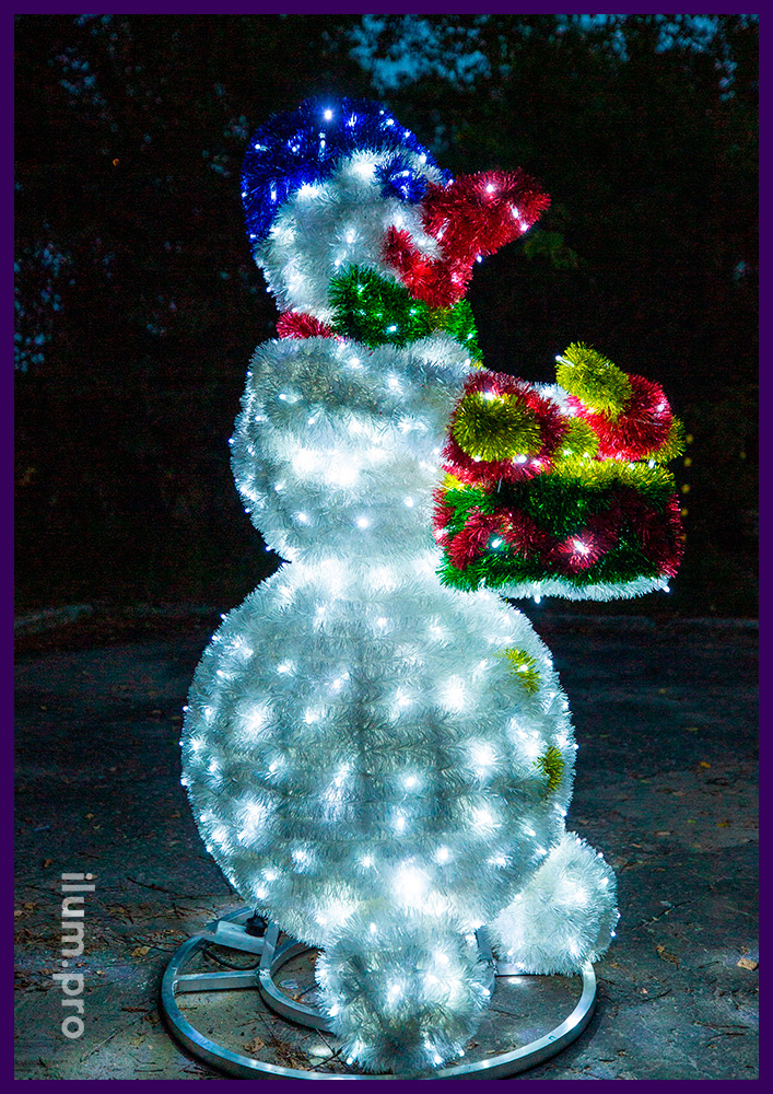Разноцветный светодиодный снеговик с мишурой и гирляндами на алюминиевом каркасе