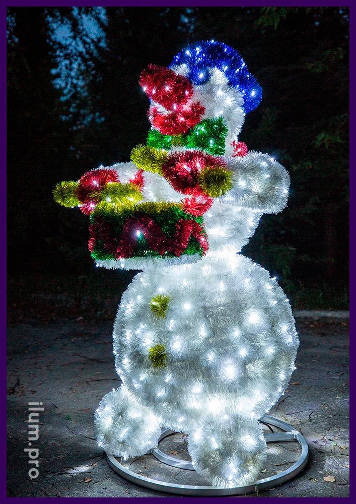 Снеговик пушистый светодиодный из гирлянд и мишуры, декоративная фигура с барабаном в руках