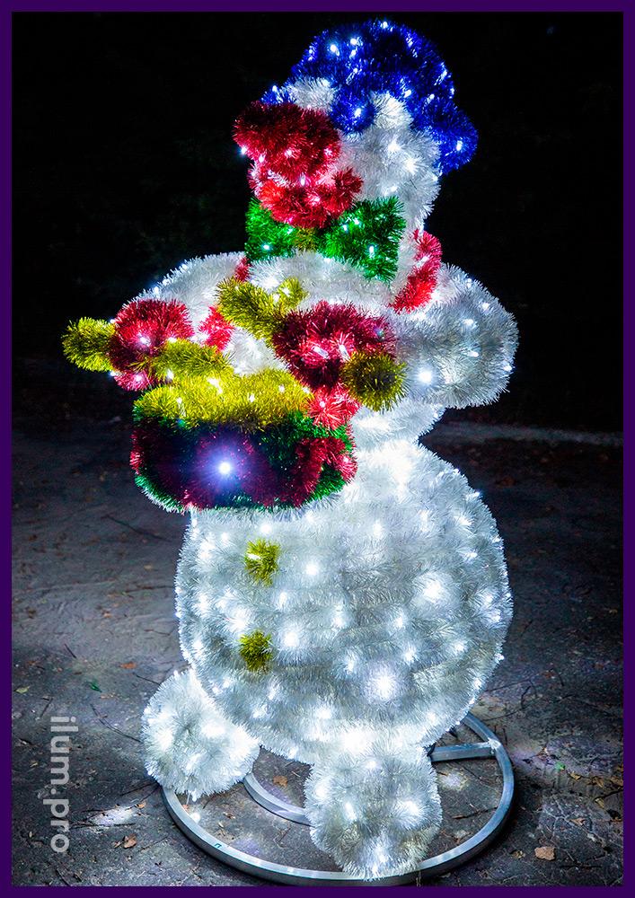 Фигуры снеговиков из гирлянд и мишуры с барабаном в руках, новогодние декорации