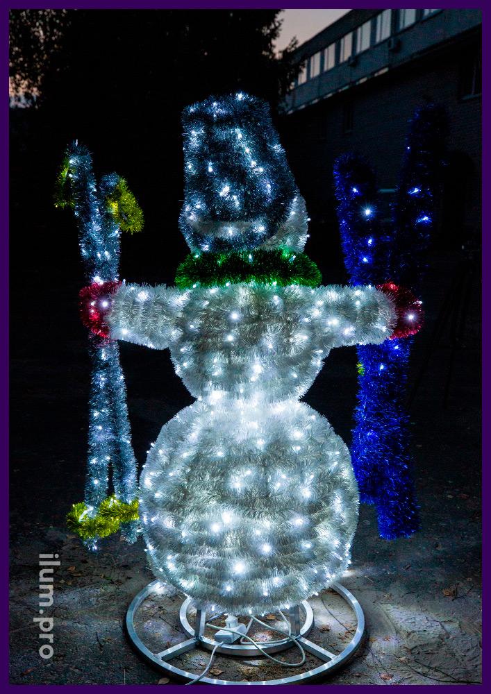 Снеговик с гирляндами и мишурой на алюминиевом каркасе для украшения улицы