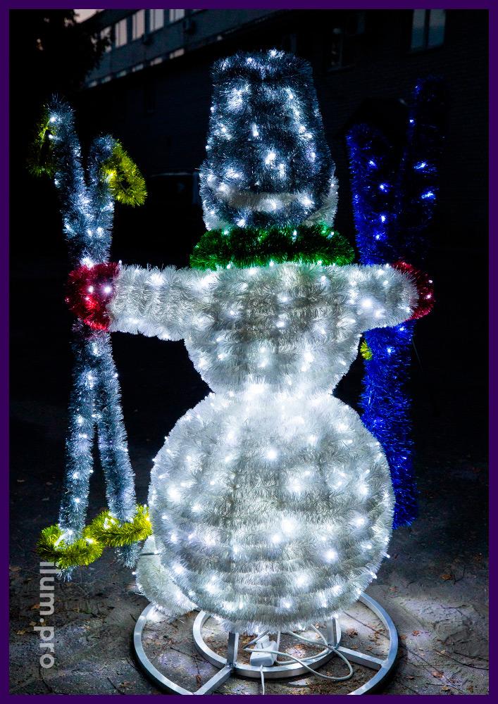 Фигура снеговика-лыжника для украшения улицы на новогодние праздники с мишурой и гирляндами