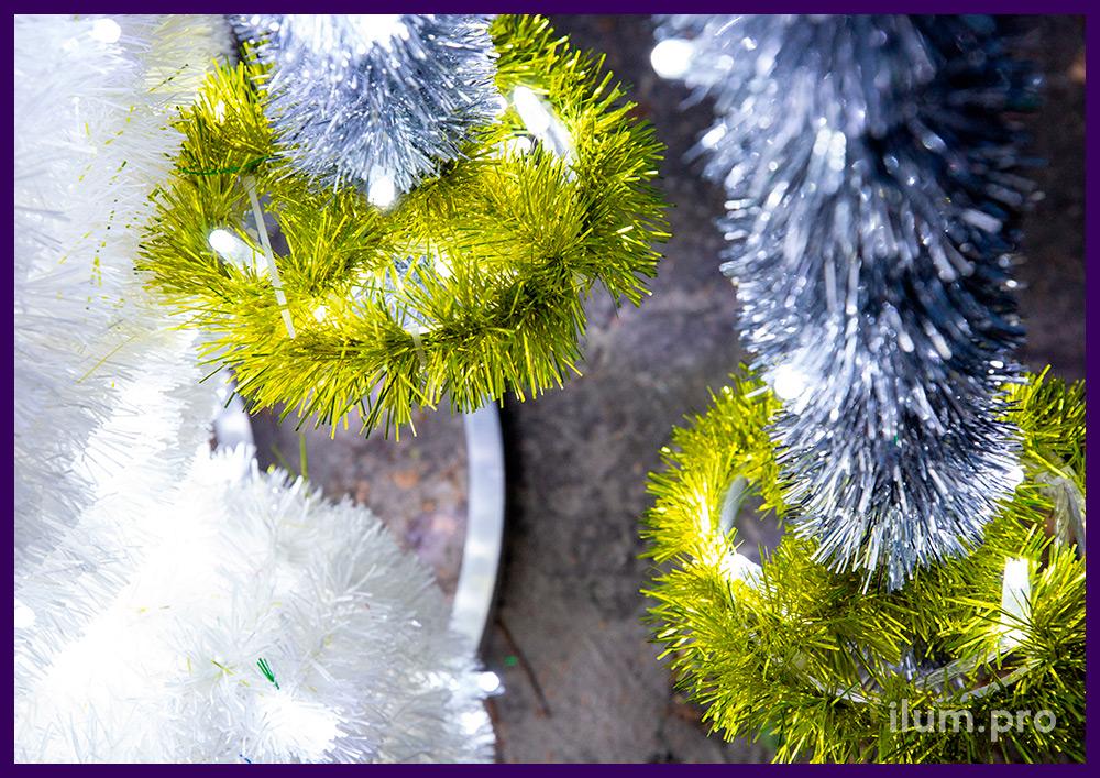 Фигура снеговика с лыжами с гирляндами и блестящей мишурой разных цветов