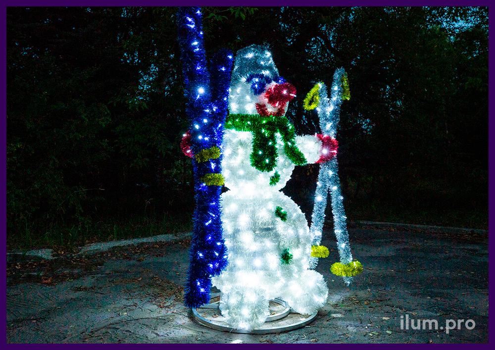 Фигура снеговика для улицы и интерьера, декорации из алюминиевого каркаса и гирлянд с мишурой