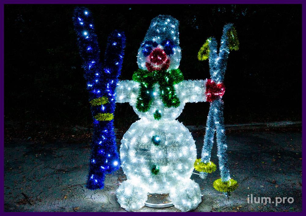 Декоративная фигура снеговика с лыжами и палками из мишуры и нержавеющего каркаса