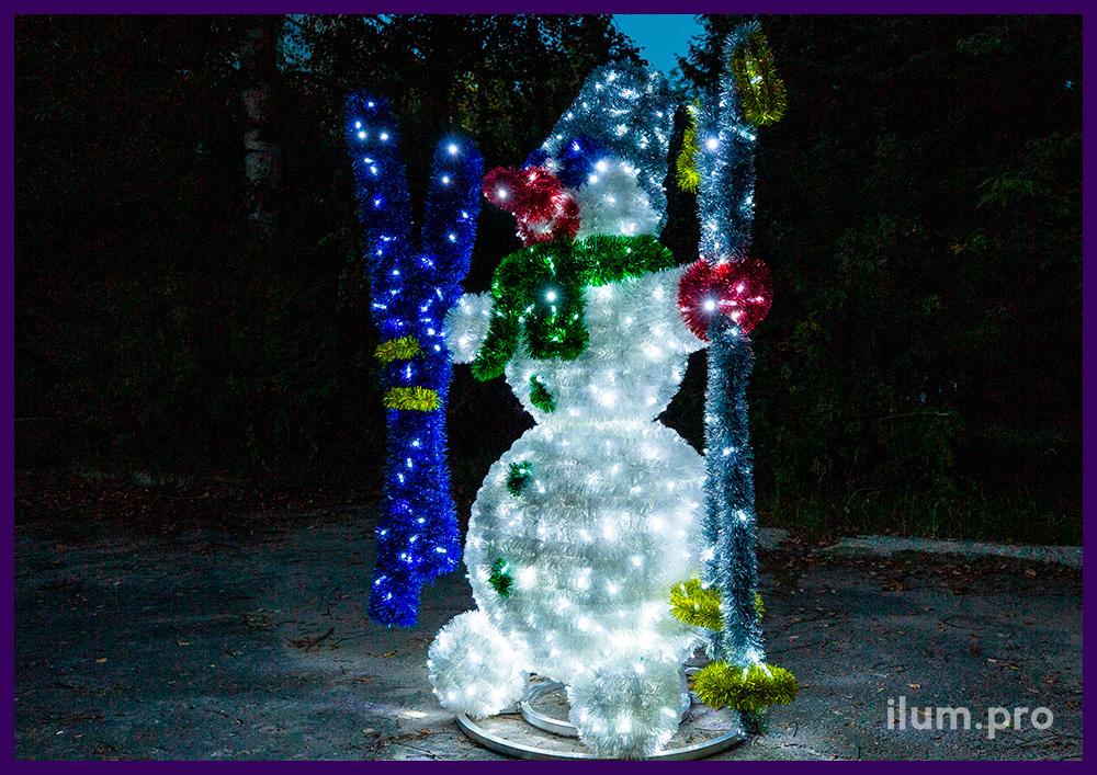 Снеговик с лыжами и палками из разноцветной мишуры на проволоке и гирлянд
