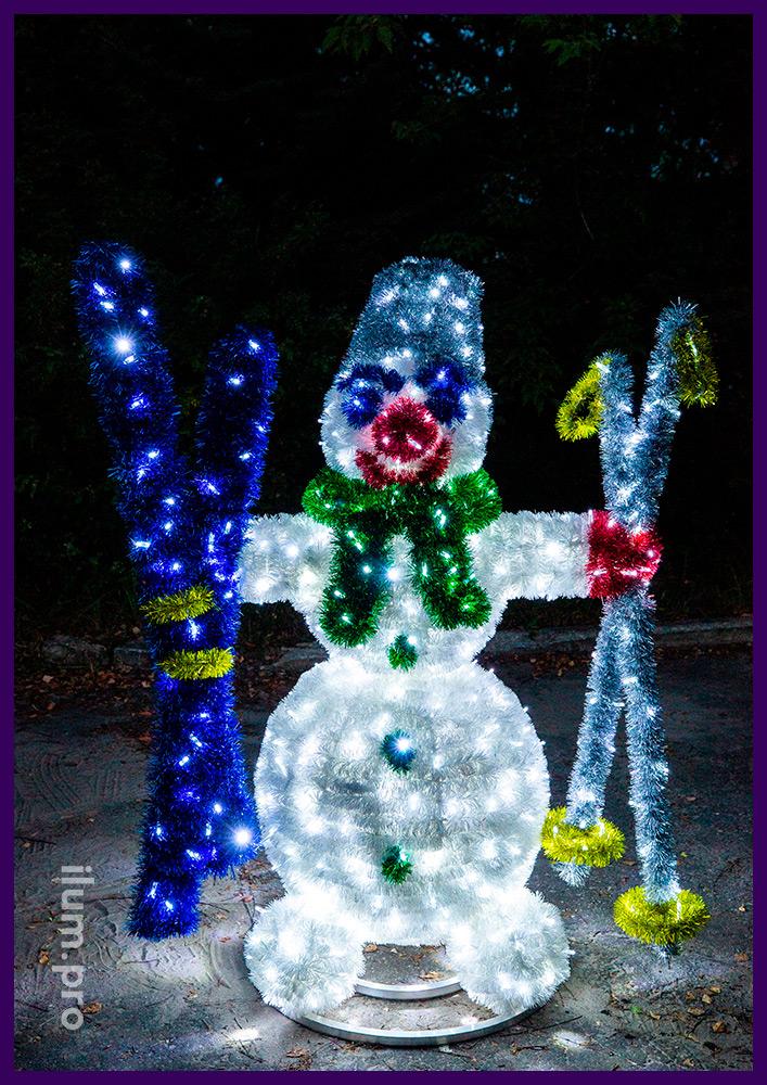 Снеговик с гирляндами и мишурой на прочном алюминиевом каркасе для улицы