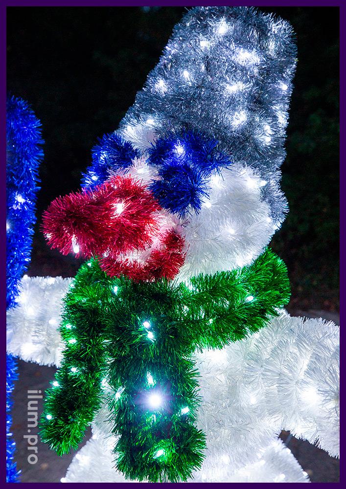 Снеговик с лыжами и палками в руках, фигура новогодняя из мишуры и гирлянд
