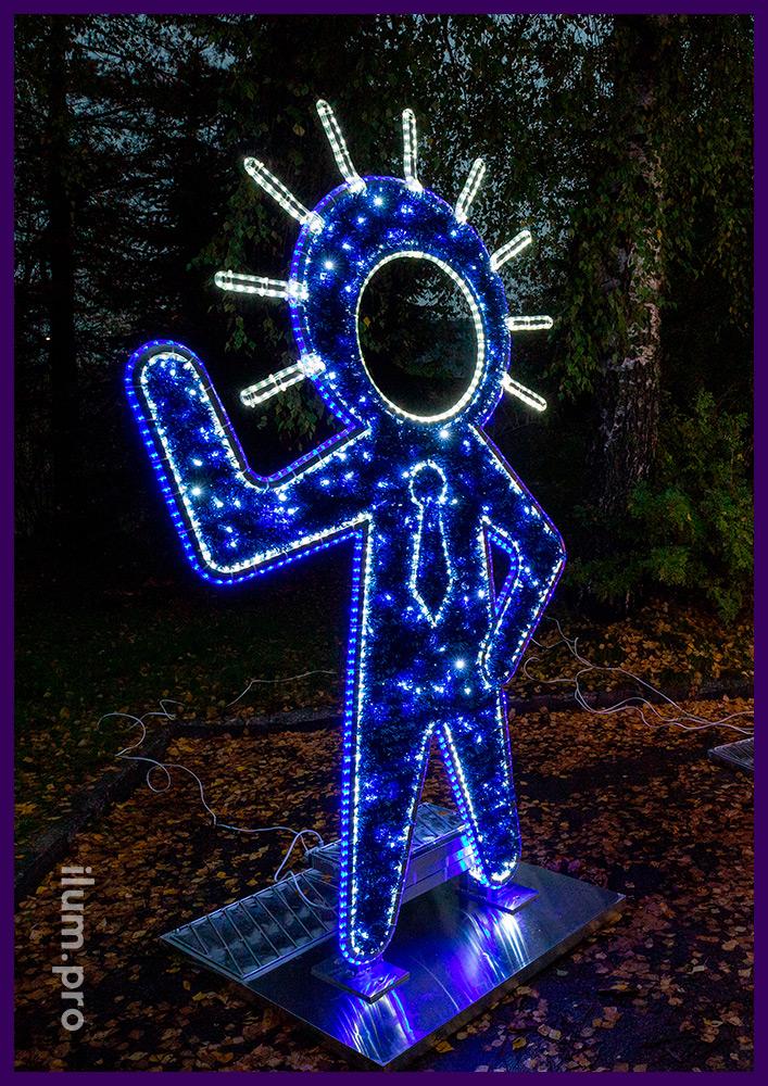 Тантамареска синего цвета с подсветкой гирляндами в форме инопланетянина с мишурой
