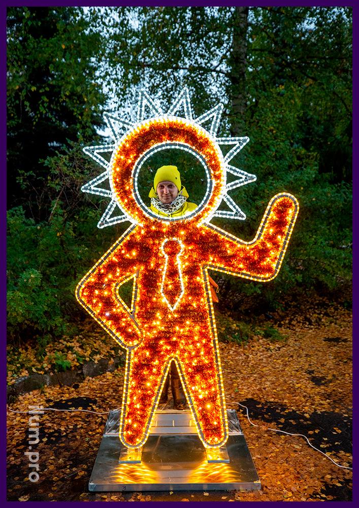 Разноцветные фигуры пришельцев из мишуры и гирлянд с каркасом из алюминия