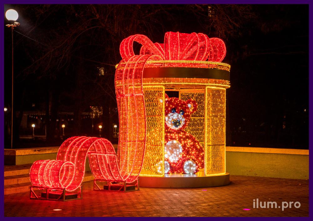 Украшение Симферополя на Новый год фотозоной с подарком и медведем с гирляндами