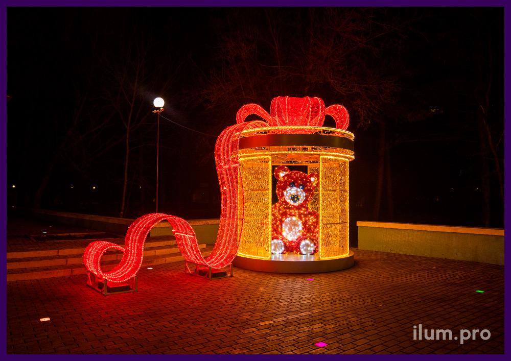Новогодние декорации с медведем и подарком с бантом на крыше в Крыму