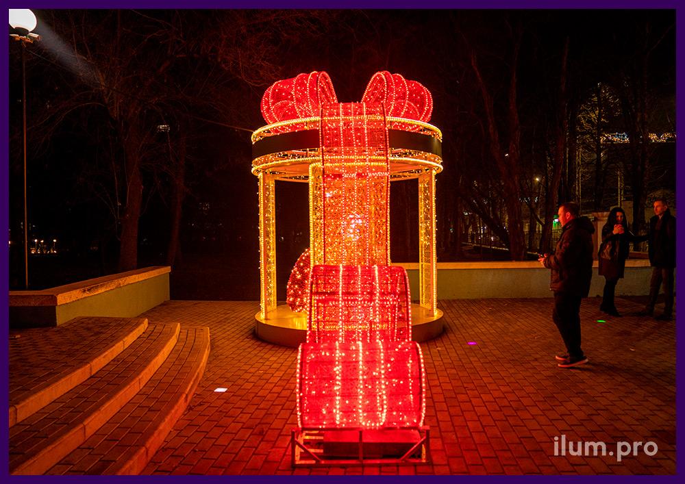 Светодиодная фотозона с медведем из мишуры и гирлянд внутри подарка на Новый год
