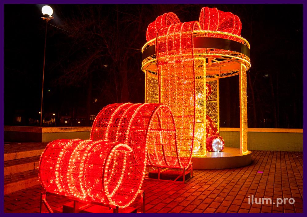 Декорации новогодние в Симферополе в форме медведя в подарочной коробке с гирляндами
