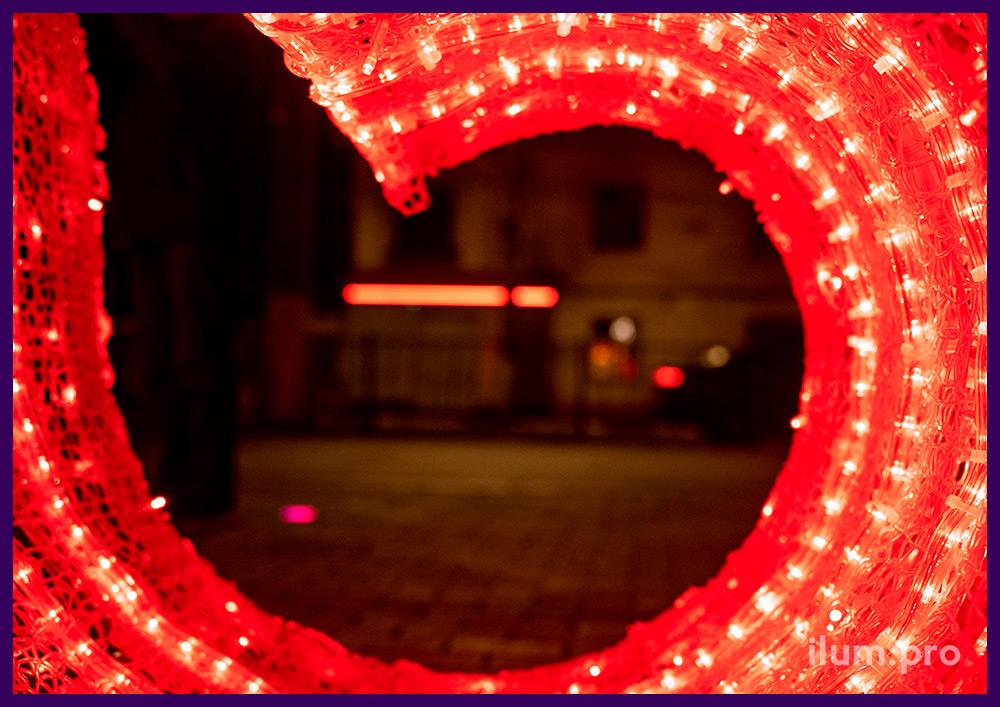 Новогодние декорации с тёпло-белыми и красными гирляндами для украшения города Симферополь