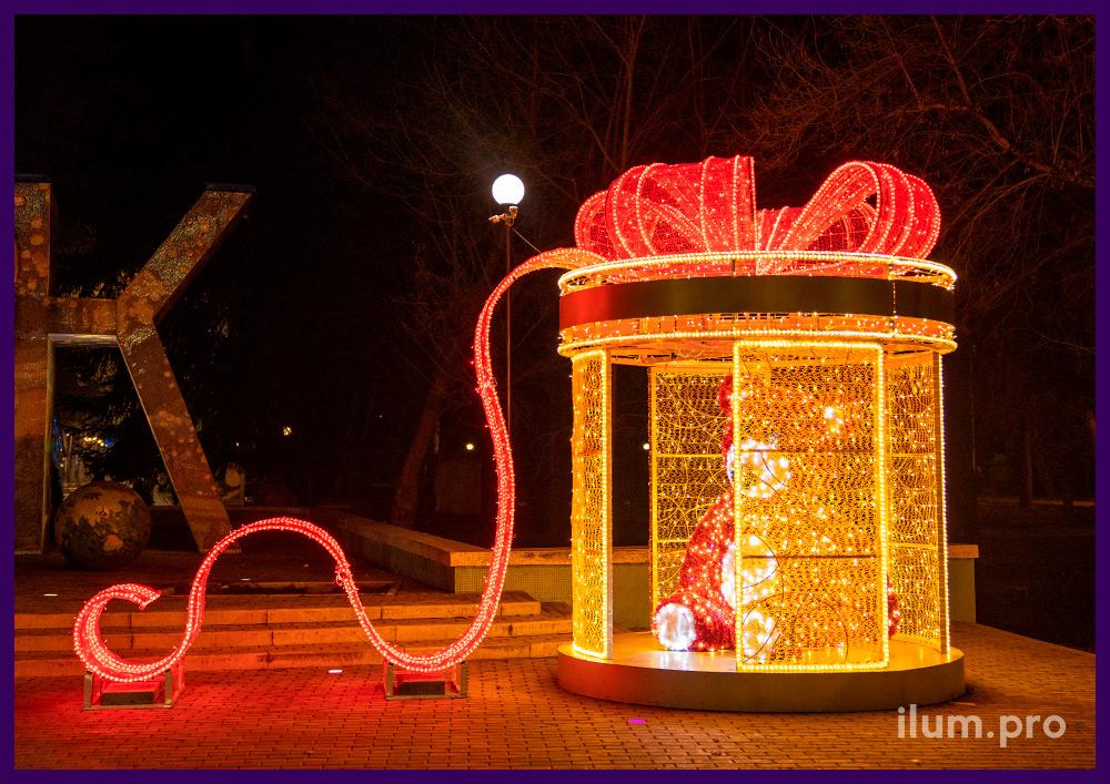 Подарочная коробка с медведем внутри - фотозона новогодняя в Крыму на площади