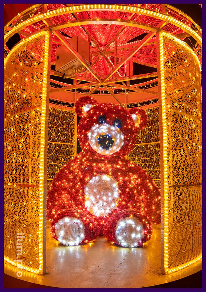 Подарок с медведем внутри - уличная фотозона для украшения городской площади