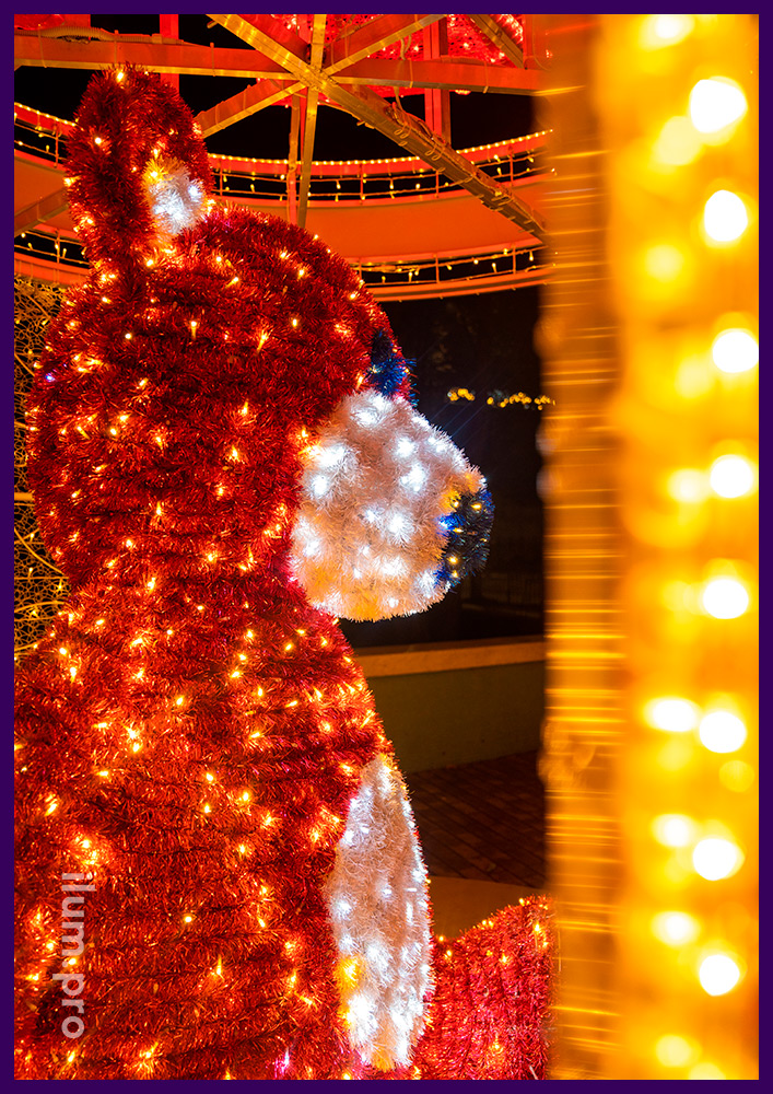 Декорации новогодние с подсветкой гирляндами в Крыму, медведь в подарке с бантом