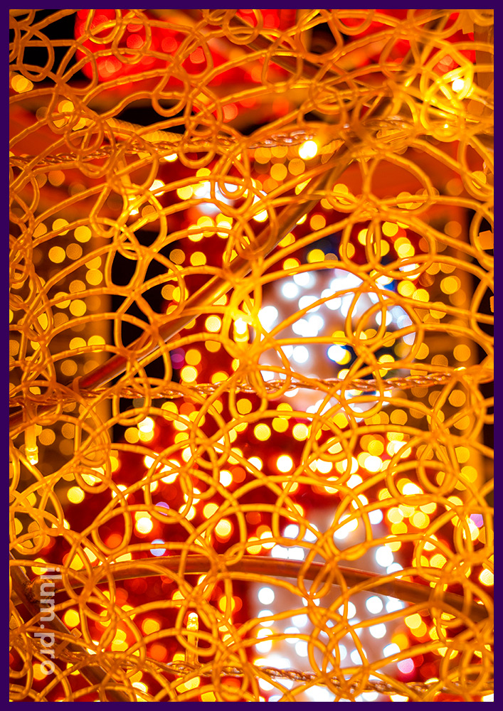 Новогодние декорации с гирляндами и цветной сеткой из ПВХ в Крыму