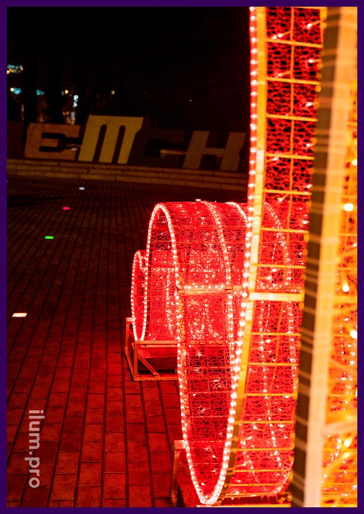 Новогодние декорации в форме подарочной коробки с бантом и медведем внутри