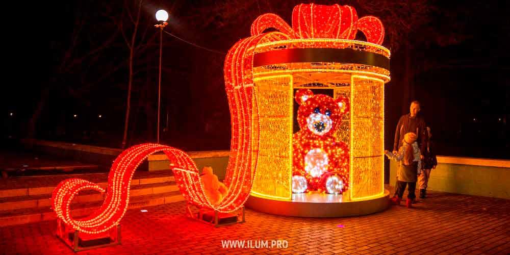 Новогоднее украшение Симферополя фигурой медведя из гирлянд в подарочной коробке