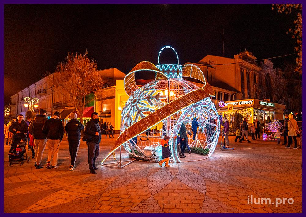 Новогодние декорации из алюминиевого каркаса и профессиональных гирлянд с мишурой в Симферополе