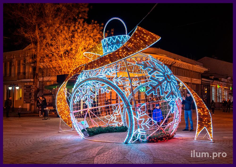 Новогодняя иллюминация в Крыму, декоративная арка в форме объёмной ёлочной игрушки с подсветкой