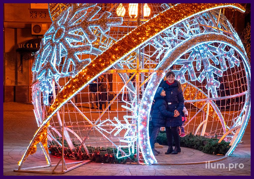 Шар со светодиодным дюралайтом и гирляндами с мишурой в Крыму, новогодняя фотозона с подсветкой