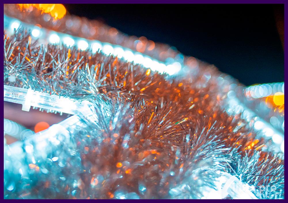 Фотозона с гирляндами на Новый год, шар с золотыми лентами и серебряными снежинками из мишуры и дюралайта