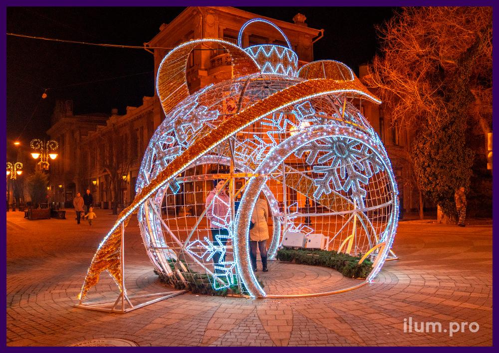 Шар с гирляндами, мишурой и дюралайтом в Симферополе на Новый год, украшение города