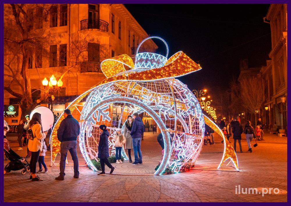 Светодиодная фотозона в виде ёлочной игрушки с алюминиевым каркасом и новогодними гирляндами