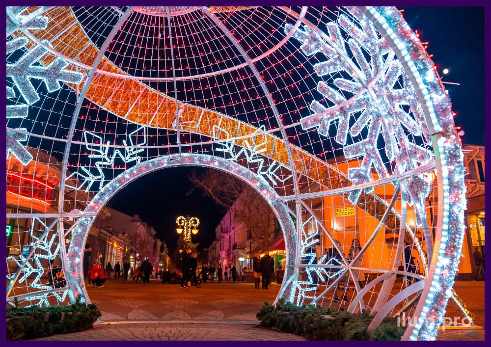 Новогодняя фотозона шар-арка с подсветкой гирляндами и блестящей мишурой золотого цвета