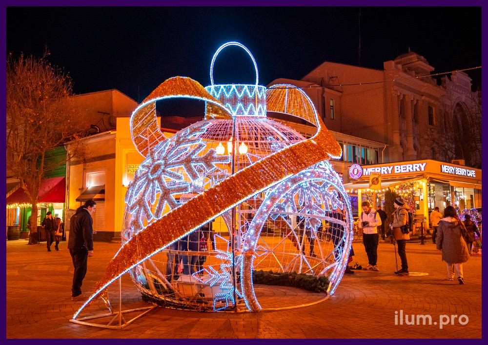 Профессиональная светодиодная иллюминация в Крыму, новогодняя арка в форме шара с золотыми лентами из мишуры
