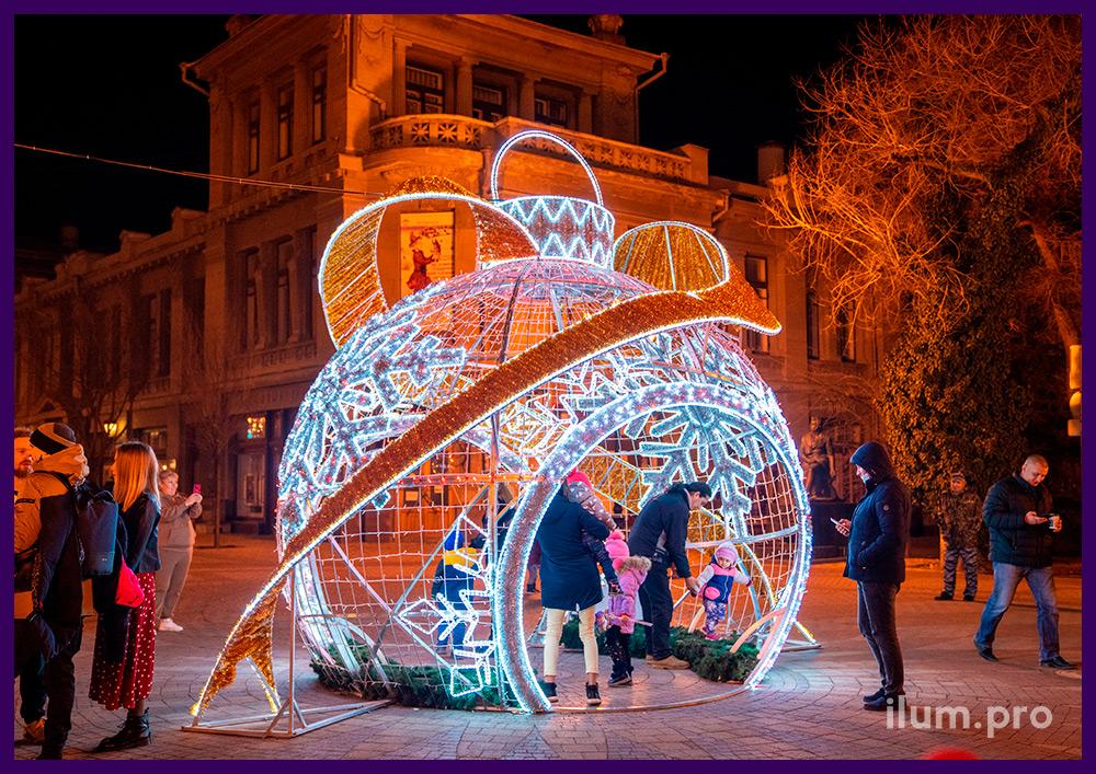 Новогодний шар ёлочная игрушка с аркой на площади Симферополя, декоративные фотозоны с подсветкой