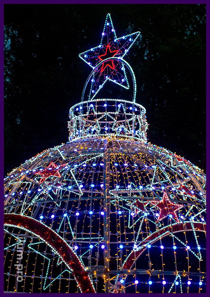 Новогодний шар с гирляндами и меняющими цвет RGB модулями - арка на площади