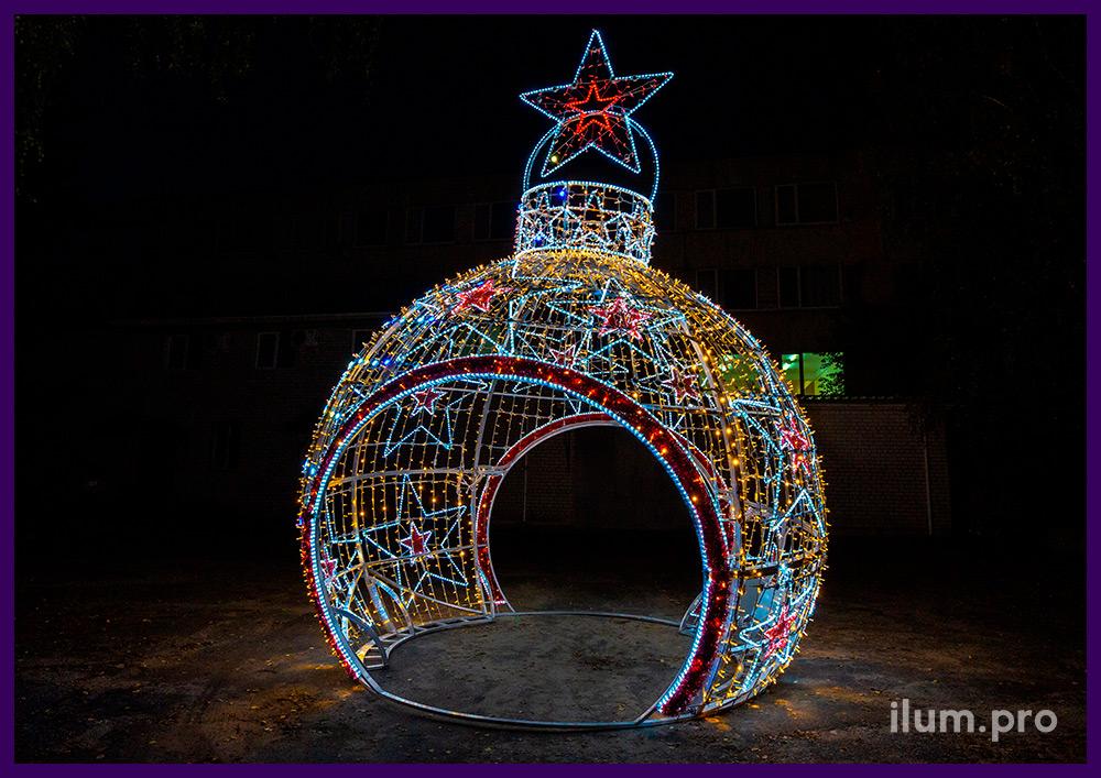 Новогодние декорации с гирляндами и дюралайтом в форме ёлочных игрушек с арками