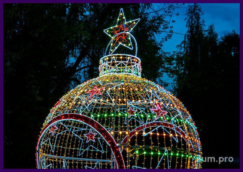 Арка в форме новогодней игрушки с гирляндами, звёздами из дюралайта и разноцветными ДУВ модулями RGB