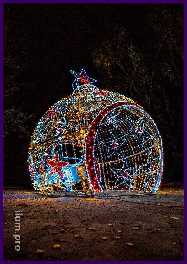Арка в форме ёлочного шара с гирляндами, мишурой и дюралайтом разных цветов, декор звёздами