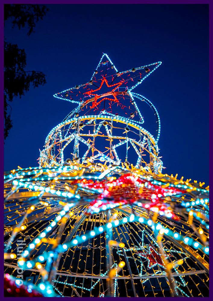 Новогодняя арка с гирляндами и разноцветной подсветкой в форме ёлочной игрушки