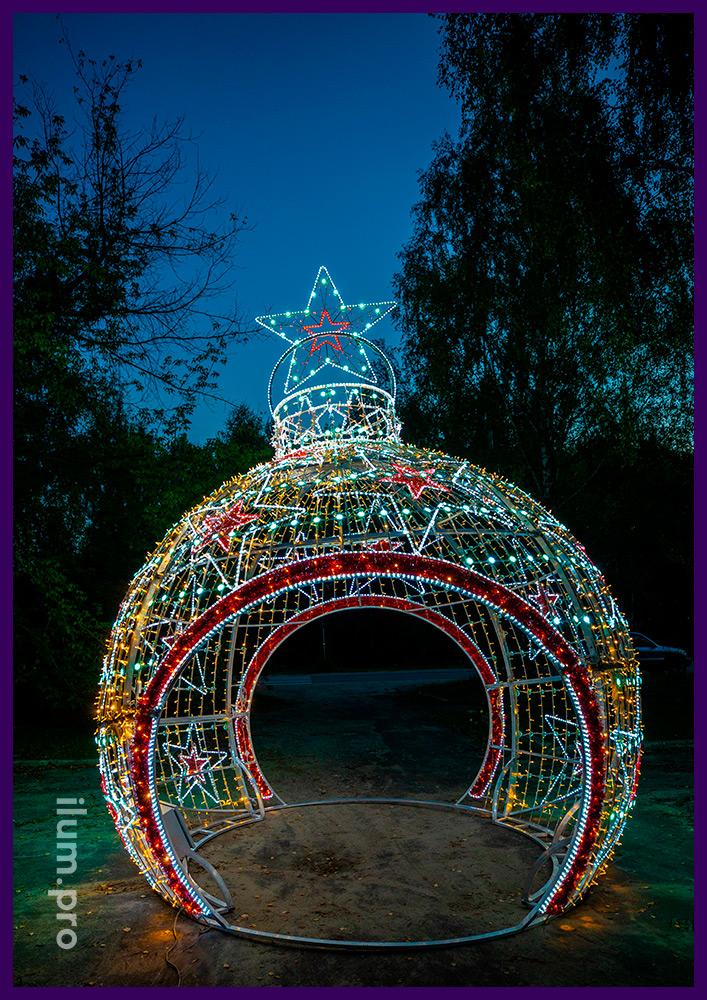 Украшение городской площади на Новый год светодиодной аркой в форме ёлочной игрушки