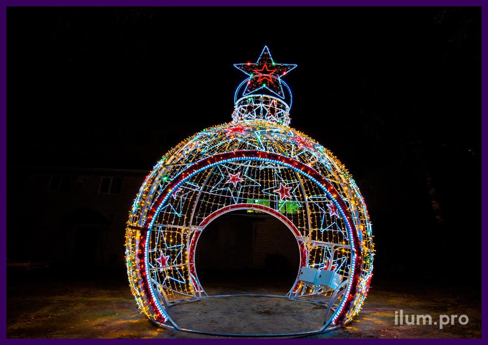 Новогодние декорации для городских улиц и площадей - шар арка в форме ёлочной игрушки
