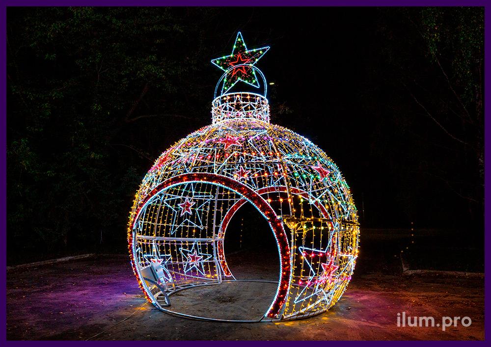 Арка в форме ёлочной игрушки со звёздами из гирлянд и LED модулей на металлическом каркасе