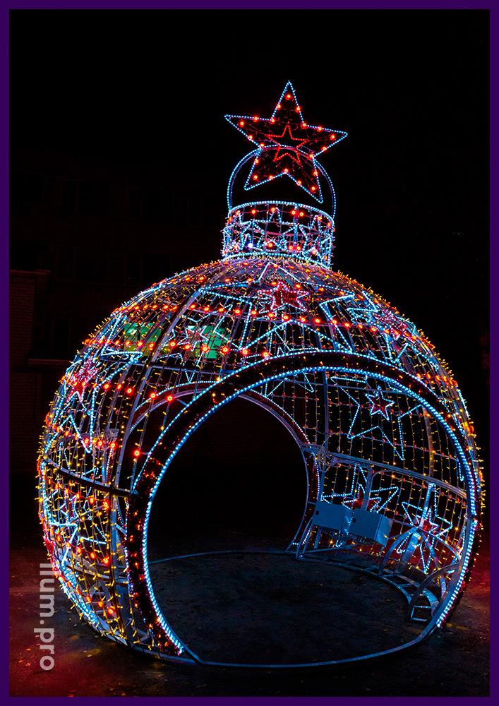 Новогодняя арка из алюминиевого профиля и гирлянд в форме ёлочной игрушки на городской площади