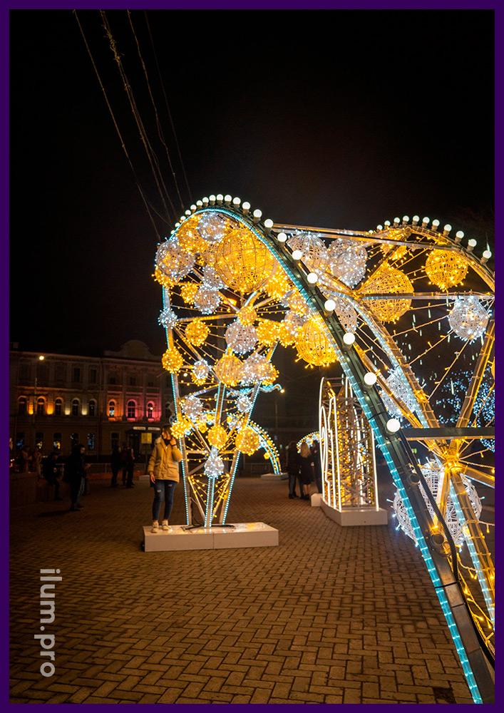 Украшение площади в Крыму новогодними арками из гирлянд, дюралайта и белтлайта