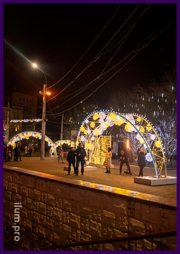 Украшение площади в Крыму новогодними арками с белыми и тёпло-белыми гирляндами