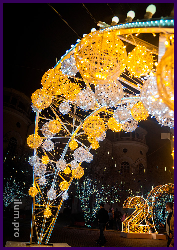 Новогодние арки в Крыму с гирляндами и лампочками белого цвета