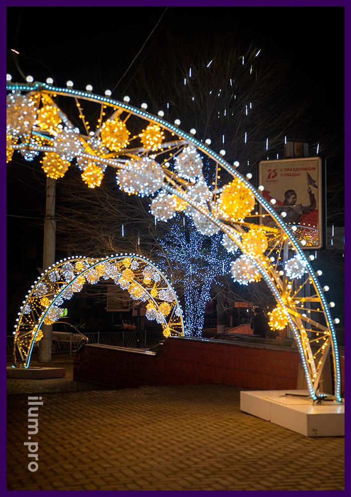 Арки светодиодные с гирляндами и лампочками белтлайт на городской площади Симферополя