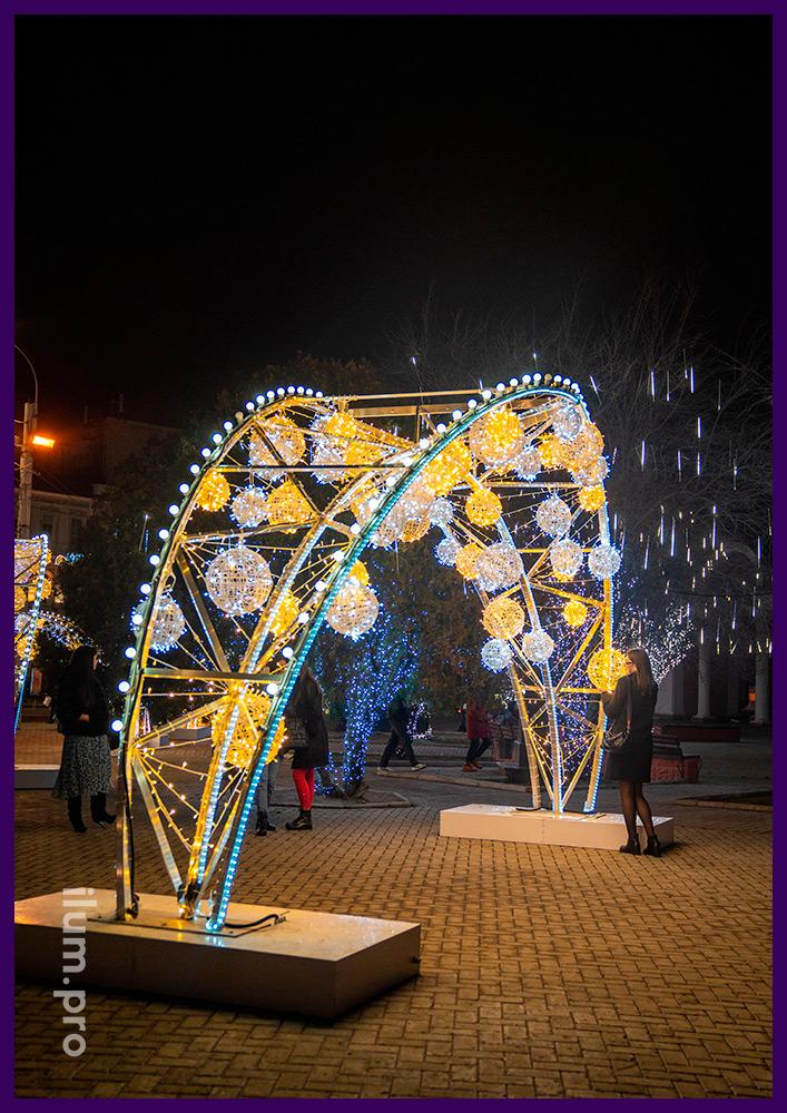 Арка из гирлянд и светящихся шаров в Крыму на Новогодние праздники