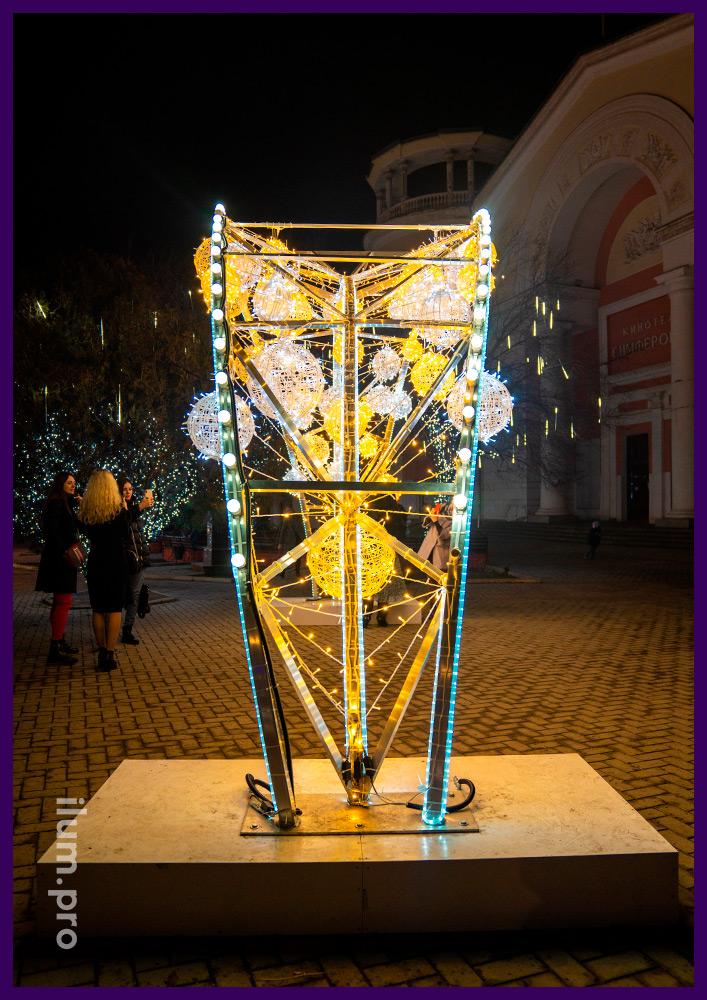 Новогодние декорации в Крыму, арки со светящимися шарами, гирляндами и дюралайтом